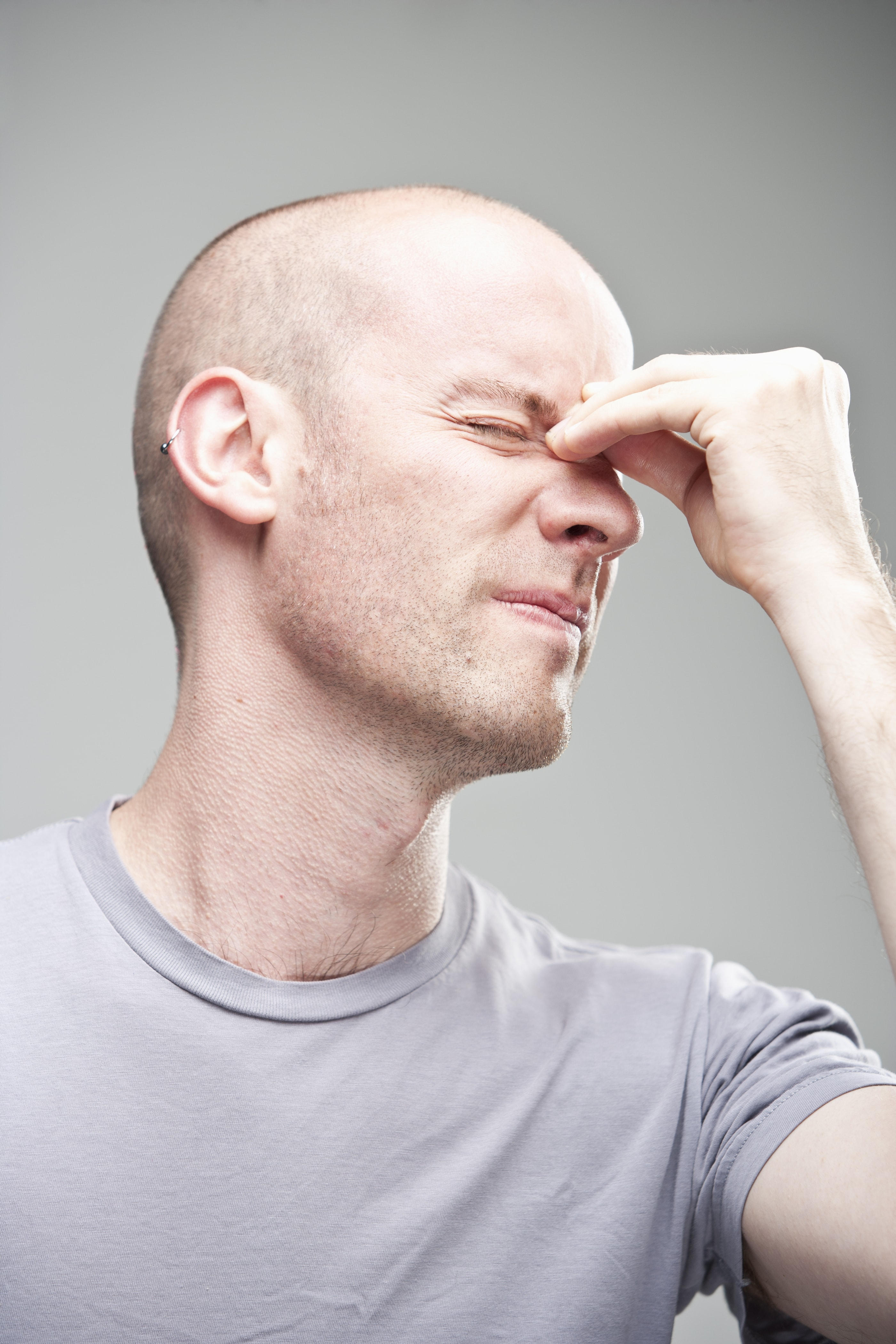 man suffering from deviated septum symptoms